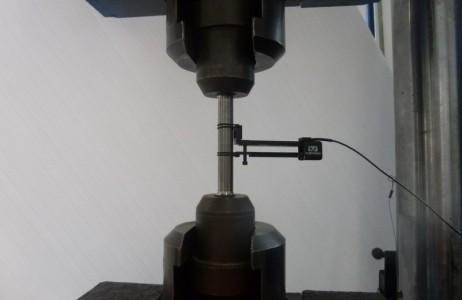 Prova di trazione su provetta cilindrica con estensometro / Tensile test on cylindrical specimen with extensometer